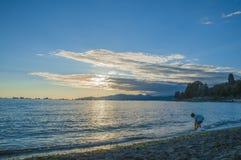 Por do sol do verão da baía inglesa, Vancôver Foto de Stock