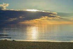 Por do sol do verão na praia do mar Báltico foto de stock
