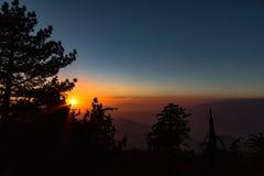 Por do sol do verão sobre as montanhas Foto de Stock