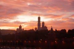 Por do sol vermelho acima do Kremlin de Moscou Fotos de Stock