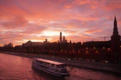 Por do sol vermelho acima do rio de Moscou Fotografia de Stock Royalty Free