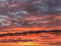 Por do sol vermelho do céu em Califórnia foto de stock