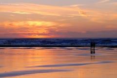 Por do sol vermelho com pares em Long Beach fotografia de stock royalty free
