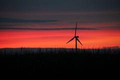 Por do sol vermelho de Midwest com moinho de vento Foto de Stock Royalty Free