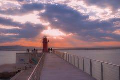 Por do sol vermelho do porto da lanterna de Ancona, marche, Italia Foto de Stock