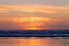 Por do sol vermelho em Long Beach com ninguém fotos de stock