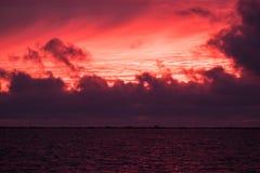Por do sol vermelho extraordinário em Liepaja, Letónia Foto de Stock Royalty Free