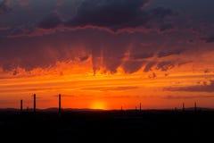 Por do sol vermelho na cidade imagens de stock royalty free