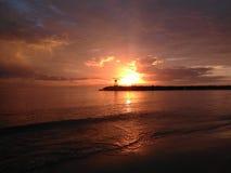 Por do sol vermelho na praia Aquadillia Porto Rico EUA de Rompeolas imagem de stock