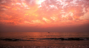 Por do sol vermelho na praia de Agonda, Goa sul, Índia fotografia de stock