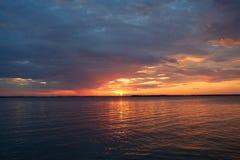 Por do sol vermelho no mar Imagens de Stock