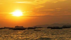 Por do sol vermelho no mar com os barcos da silhueta que balançam nas ondas tailândia Pattaya video estoque
