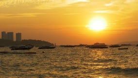 Por do sol vermelho no mar com os barcos da silhueta que balançam nas ondas tailândia Pattaya filme