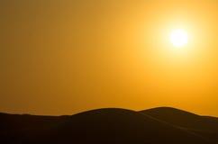 Por do sol vermelho sobre as dunas Dubai Imagens de Stock
