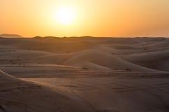 Por do sol vermelho sobre as dunas Dubai Imagem de Stock Royalty Free