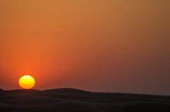 Por do sol vermelho sobre as dunas Dubai foto de stock