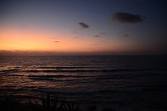 por do sol vermelho surpreendente acima do mar imagem de stock