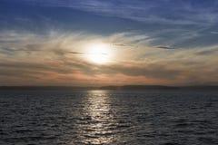 Por do sol vibrante sobre o mar Imagens de Stock