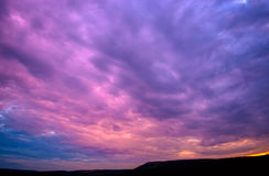 Por do sol violeta com nuvens Imagem de Stock Royalty Free