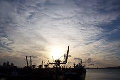 Por do sol Vistas coloridas da costa, das cidades e dos portos de Turquia com as embarcações amarradas do mar no por do sol imagens de stock