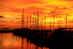 Por do sol, zona crepuscular sobre o porto Foto de Stock