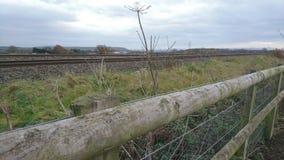 Por el lado de las pistas ferroviarias Imagen de archivo