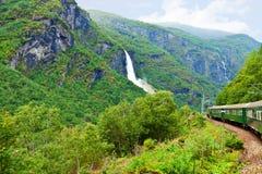 Por el tren a través de las montañas escandinavas Foto de archivo