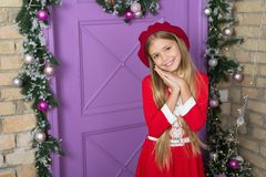 Por favor concepto Niño lindo de la muchacha que pide regalo Cómo pregunte a padres permiten definitivamente Deseo de la Navidad  foto de archivo