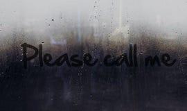 Por favor llámeme mensaje escrito en el coche o la ventana del edificio Imagen de archivo libre de regalías