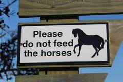 Por favor não alimente aos cavalos o sinal Fotos de Stock