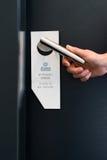 Por favor não perturbe o sinal na porta da sala no hotel Foto de Stock