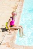 Por la piscina Fotos de archivo