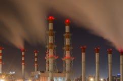 Por la tarde los tubos de empresas industriales en Moscú favorable fotos de archivo