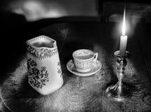 Por luz de una vela foto de archivo