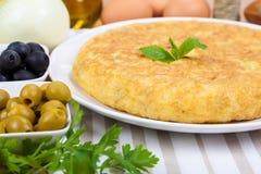 Tortilha espanhola (omeleta) e alguns ingredientes imagens de stock royalty free
