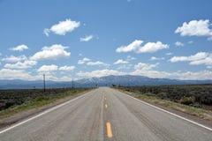 Por muito tempo em linha reta e estrada vazia Fotos de Stock Royalty Free