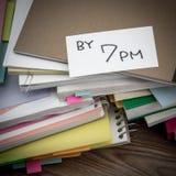 Por 7 PM; A pilha de originais de negócio na mesa Fotografia de Stock