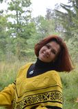 Por sorridente dei giovani della donna del fronte della sciarpa di felicità di autunno dei capelli di modo uno dei capelli all'ap Immagini Stock Libere da Diritti