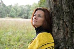 Por sorridente dei giovani della donna del fronte della sciarpa di felicità di autunno dei capelli di modo uno dei capelli all'ap Fotografia Stock