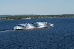 Por um steamship através de Volga Imagens de Stock