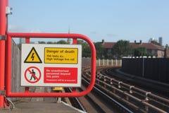 Porażenia prądem zagrożenie żadny trespassing znak lub wejście Zdjęcia Stock