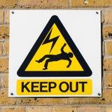 Porażenie prądem koloru żółtego śmiertelny ostrzegawczy znak na ścianie, ciosowej Obrazy Royalty Free