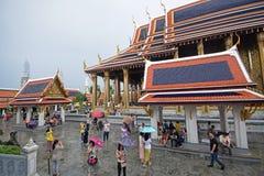 Pora deszczowa przy świątynią Szmaragdowy Buddha wśród dzielnic Uroczysty pałac, Bangkok, Tajlandia zdjęcia royalty free