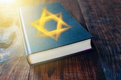 Poranne nabożeństwo książkowa żydowska modlitwa obraz royalty free