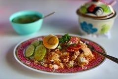 Porc au-dessus de riz avec l'oeuf et la saucisse Image stock
