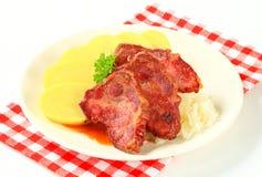 Porc avec les boulettes et la choucroute de pomme de terre Images libres de droits