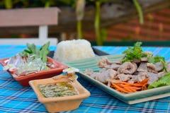 Porc bouilli avec la chaux, l'ail et la sauce chili (porc avec la chaux) Photographie stock