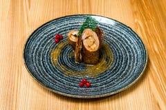 Porc bourré de la crevette dans un plat noir photo libre de droits