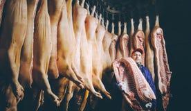 Porc coupé à une usine images stock