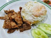 Porc coupé en tranches frit avec des recettes thaïlandaises d'ail et de poivre photographie stock